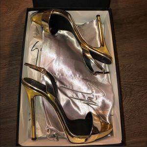 Metallic Gold Giuseppe open toe sandals. 🔥✨